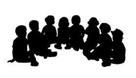 在半圈子安装的小组孩子 免版税库存图片
