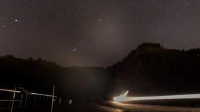在半夜天空、星和汽车的图象 免版税库存照片