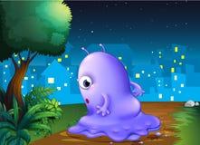 在半夜漫步一个紫色的妖怪 库存照片