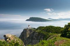 在半岛Bazeluk俄国人远东的灯塔 免版税库存照片