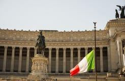 在半帆柱的意大利旗子在Vittoriano前面 免版税库存图片
