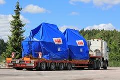 在半拖车特大装载的工业对象 库存图片