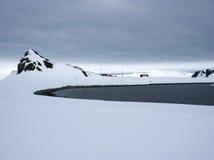在半月海岛南极洲上的阿根廷研究工作站 免版税图库摄影