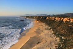 在半月湾加利福尼亚的海岸线 免版税库存照片