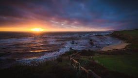 在半月湾海滩的剧烈的日落 免版税库存图片