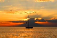 在半月湾的日落在黑岩山,墨尔本,澳大利亚 库存照片