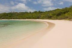 在半月湾的镇静桑迪热带海滩 图库摄影