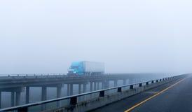 在半有雾的高速公路大船具卡车拖车drivin的有雾的天气 免版税库存照片