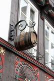 在半木料半灰泥的门面的典型的啤酒桶在goslar 免版税库存图片