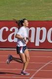 在半马拉松的未认出的妇女赛跑者 库存图片