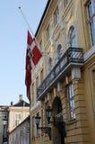 在半MAST_GULE PALAE AMALINEBORG的丹麦旗子 免版税库存照片