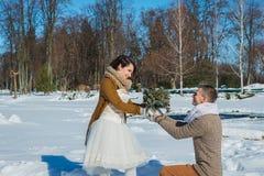 在华丽的婚礼夫妇凋枯天,走,几何 土气样式短小婚礼礼服 女孩浅黑肤色的男人 美丽的新娘 免版税图库摄影