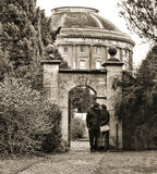 在华伦泰之下的曲拱恋人 库存图片