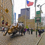 在华尔街的充电的公牛在财政区纽约 库存照片