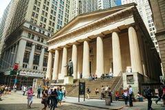 在华尔街的联邦国家纪念堂全国纪念品在纽约 免版税图库摄影
