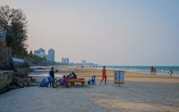 在华欣海滩的传统泰国按摩 免版税库存图片