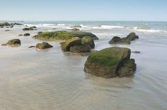 在华欣海滩的岩石 库存图片