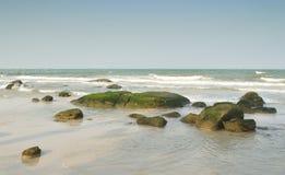 在华欣海滩的岩石 免版税库存图片