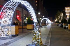 在华沙街道上的圣诞节装饰在晚上 图库摄影