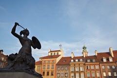 在华沙oldtown,波兰的美人鱼雕象 库存图片