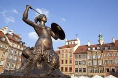 在华沙oldtown,波兰的美人鱼雕象 免版税库存照片
