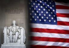 在华盛顿和美国国旗的林肯纪念堂 免版税图库摄影