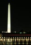 在华盛顿水的纪念碑晚上 图库摄影