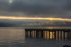 在华盛顿湖的有雾的日出华盛顿州 库存照片