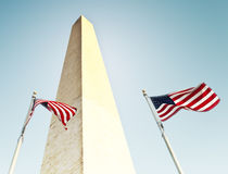在华盛顿纪念碑下的两面旗子 免版税图库摄影