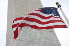 在华盛顿纪念碑的旗子 免版税库存照片