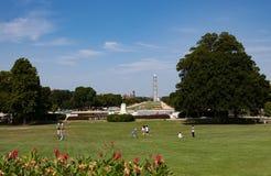 在华盛顿纪念碑附近的游人步行 免版税库存照片