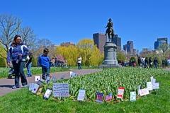 在华盛顿纪念碑,波士顿附近的支持旗子, 免版税库存照片