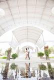 在华美的内部的婚礼照片 免版税图库摄影