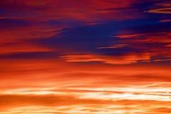 在华美的日出期间的美丽的生动的红色橙色天空 免版税库存图片