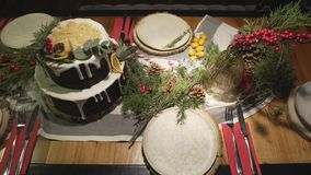 在华美的装饰的圣诞节蛋糕饭桌上的顶面全景视图新年庆祝家庭欢乐大气的 影视素材