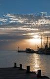 在华雷斯港坎昆墨西哥渔船/拖网渔船和船坞和码头和跳船和防波堤的日出 免版税图库摄影
