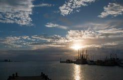 在华雷斯港坎昆墨西哥渔船/拖网渔船和船坞和码头和跳船和防波堤的日出 免版税库存图片