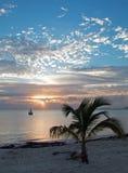 在华雷斯港海湾、海滩和渔船的日出在坎昆墨西哥 库存照片