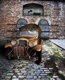 在卑劣的路的古色古香的卡车 免版税库存图片