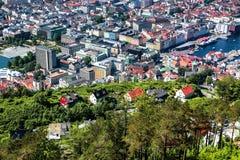 在卑尔根,挪威的市中心的一个看法从Floyfjellet观点在登上Floyen顶部 免版税库存图片