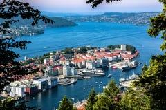 在卑尔根,挪威的市中心的Paranomic视图从Floyfjellet观点在登上Floyen顶部 免版税库存图片