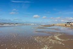 在卑尔根aan Zee,北荷兰使与沙丘和波浪的看法靠岸 图库摄影