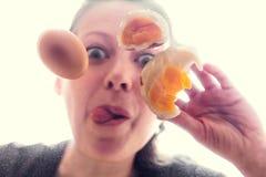 在单块玻璃的被打碎的鸡蛋 库存图片