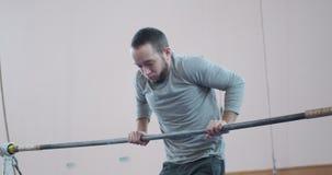 在单杠的体操运动员训练在健身房 股票录像