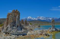 在单音湖的凝灰岩塔 库存图片