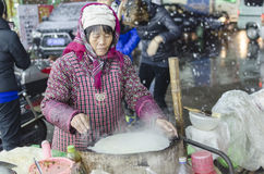 在卖妇女的街道的斯诺伊夜做薄煎饼 免版税图库摄影