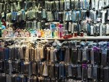 在卖数百设备的义卖市场的遥控立场 库存照片