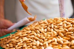 在卖期间服务的油煎的杏仁 图库摄影