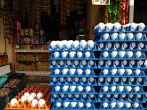 在卖的蛋盘子显示的鸡蛋在供营商商店 免版税库存图片