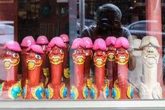 在卖阴茎雕象,廷布,不丹的sourvenirs商店窗口的男性摄影师反射 库存图片
